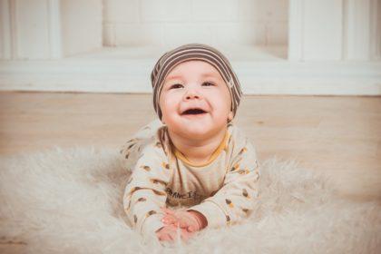 かわいい赤ちゃん「ママ、頑張って!」